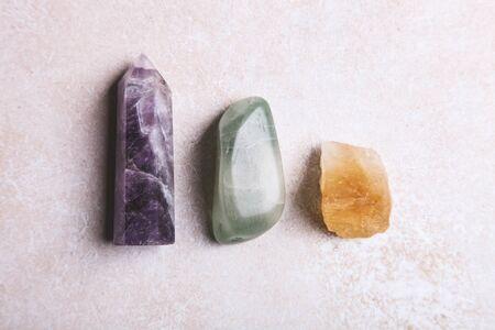 Mineralsteine auf weißem Hintergrund. Das Konzept der Meditation, Okkultismus. Standard-Bild