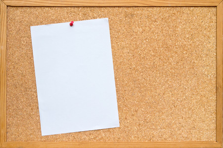 corcho: hoja de papel A4 blanco depositado a una junta  tablón de anuncios de corcho con un marco de madera