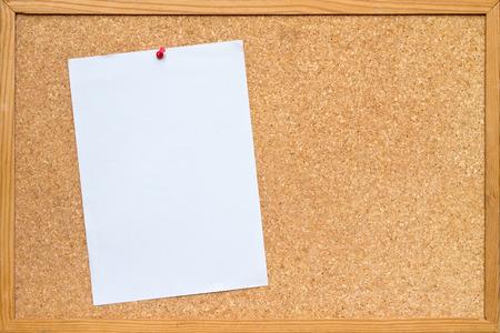 Hoja de papel A4 blanco depositado a una junta / tablón de anuncios de corcho con un marco de madera Foto de archivo - 37398046