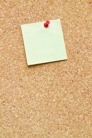 corcho: mensaje en blanco it fijada a un tablón de anuncios de la tarjeta del corcho Foto de archivo