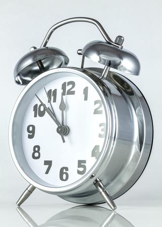 top 7: estilo antiguo despertador de plata con el martillo y campanas en la parte superior con las manos a los 7 minutos para la medianoche