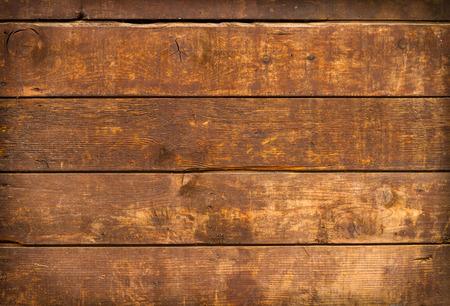 près de planches altérés et texturées sur une vieille porte en bois de la ferme