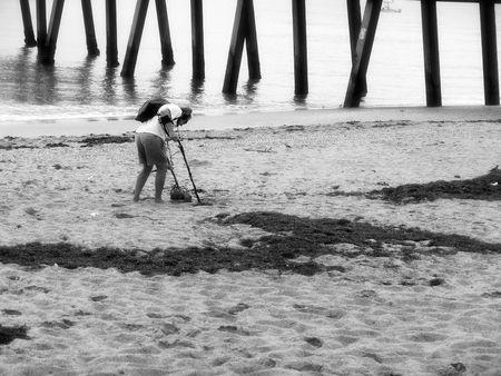 L'homme sur la plage avec un détecteur de métal Banque d'images - 288987