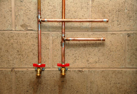 tuberias de agua: conducciones de agua y v�lvulas en la construcci�n de casas nueva Foto de archivo