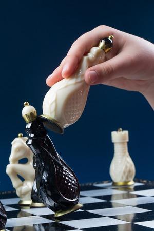 jugando ajedrez: niño jugando al ajedrez