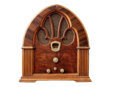 Mesa de madera vieja radio con fondo blanco.