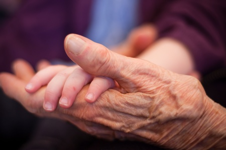 vecchiaia: una mano una mano vecchio bambino Archivio Fotografico