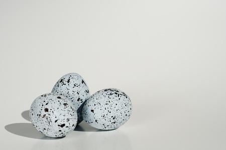 bunched: tre uova blu con macchie nere raggruppati in un gruppo e isolato su bianco backgrond