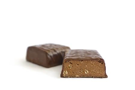 белки: Вид сбоку белок шоколада на две части, изолированных на белом Фото со стока