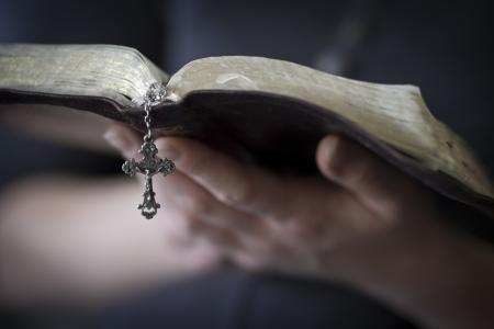 vangelo aperto: Un primo piano di una donna cristiana leggendo la Bibbia Archivio Fotografico
