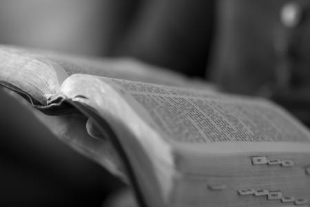 leyendo la biblia: Un primer plano de una mujer cristiana que lee la biblia
