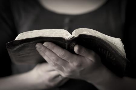 bible ouverte: Un gros plan d'une femme chr�tienne lire la bible Banque d'images