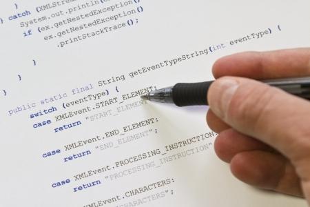 extensible: Un hombre programador apuntando con su pluma en Java de c?digo inform?tico Software de programaci?n de aplicaciones de c?digo analizador XML Foto de archivo