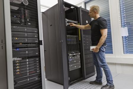 rechenzentrum: Es Ingenieur Berater arbeiten in einem Rechenzentrum Holding eine Festplatte und einen Server opning