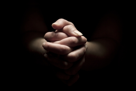 mujer rezando: Mujer rezando con las manos juntas a Dios Foto de archivo