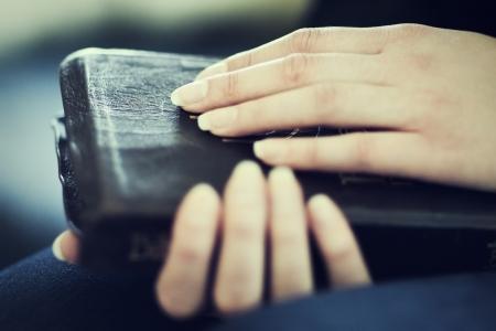 vangelo aperto: Un primo piano di una donna cristiana di partecipazione leggendo la Bibbia Molto profondit? di campo Tonica