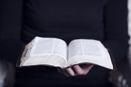 vangelo aperto: Un primo piano di una donna cristiana che legge bibbia Molto profondità di campo Tonica