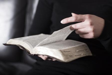 biblia: Un primer plano de una mujer de la lectura y estudio de la Biblia cristiana en muy poca profundidad de campo virada
