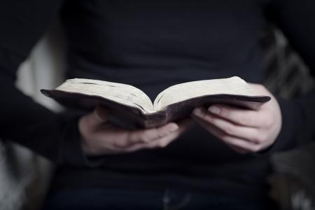 vangelo aperto: Un primo piano di una donna lettura cristiana della Bibbia profondità Molto di campi Tonica Archivio Fotografico