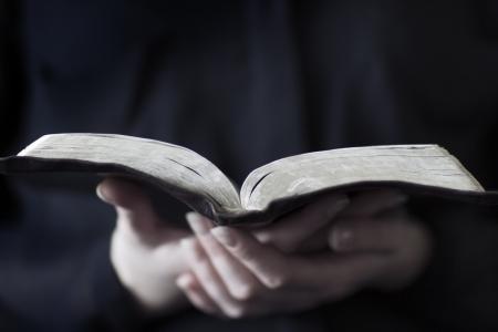 leer biblia: Un primer plano de una mujer cristiana que lee la biblia muy poca profundidad de campo Foto de archivo