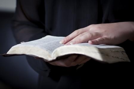 vangelo aperto: Un primo piano di una donna cristiana che legge bibbia Molto poca profondità di campo