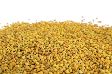 bee pollen: Bee stuifmeel op witte achtergrond Bee Pollen is een van de rijkste en meest pure natuurlijke voedingsmiddelen ooit ontdekt, en de ongelooflijke voedingswaarde en medicinale waarde van de pollen is al eeuwen bekend Stockfoto