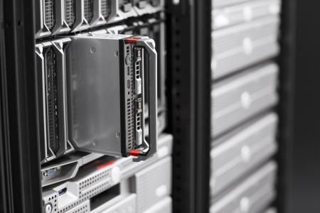 rechenzentrum: Installieren oder entfernt ein Blade-Server in einem Rechenzentrum
