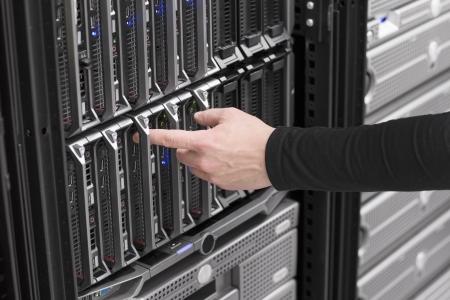 zastąpić: IT na mocy inżynier technik i zainstalować usuwa zastÄ…pić serwer blade w centrum danych