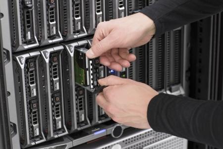 """zastąpić: To technik mechanik pracuje w centrum danych WymieÅ"""" lokalnego dysku twardego w serevr ostrza Zdjęcie Seryjne"""