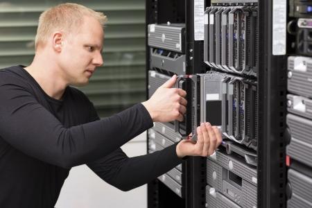 Der Installateur des IT-Technikers entfernt den Ersatz eines Blade-Servers in einem Datencenter