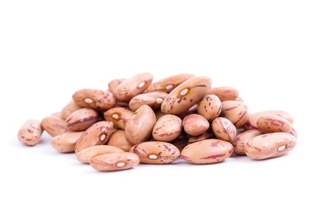 白い背景の上に生の有機クランベリー豆