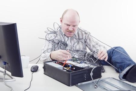 computer problems: Ufficio lavoratore uomo d'affari in cavi ha problemi con il computer