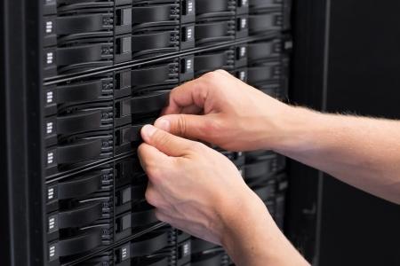 zastąpić: To inżynier technik pracy w centrum danych Wymiana dysku twardego w sieci SAN