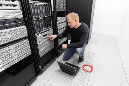 Es Ingenieur oder Berater die Arbeit mit Backup-Server. Geschossen im Rechenzentrum. Standard-Bild