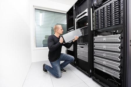 Es Ingenieur oder Berater arbeiten mit Installation eines Blade-Server in Datenträger. Geschossen im Rechenzentrum.