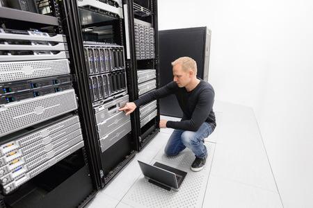 それエンジニアやコンサルタント、バックアップ サーバーと働いています。データ センターで撮影します。