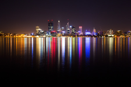パース、オーストラリアの都市の街並。夜に撮影。 写真素材