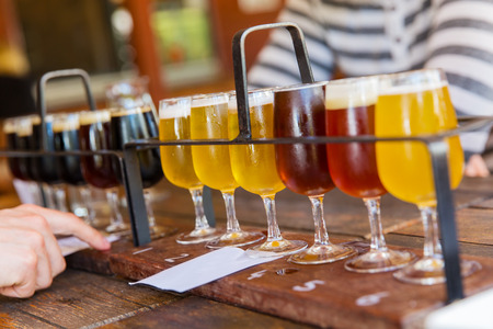 Degustazione di diversi tipi di birre. Archivio Fotografico - 27642416