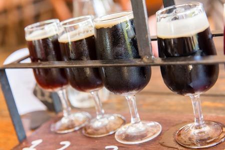cerveza negra: Degustación de muchos tipos diferentes de cervezas.