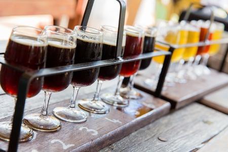 さまざまな種類のビールの試飲。