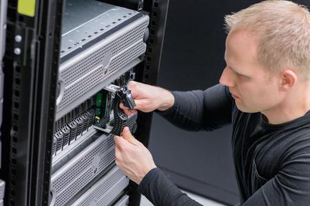 enclosures: E 'ingegnere  tecnico di mantenere archiviazione nel centro dati. Questo custodie � una SAN (storage area network) e server.