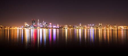 パース、オーストラリアの都市景観のパノラマ。夜に撮影。