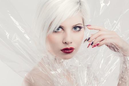 e14e71f1f Joven Y Bella Mujer O Niña Modelo En Plástico. Maquillaje ...