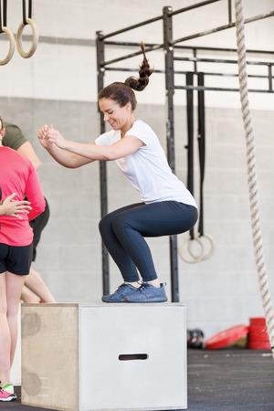 クロス フィット センターでトレーニング ボックス ジャンプ