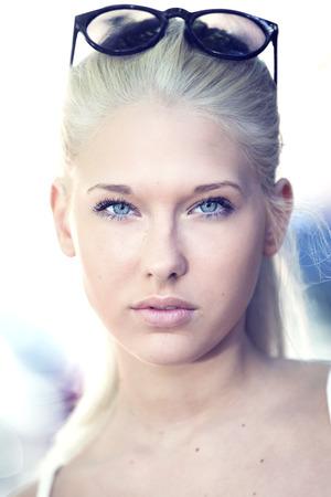 rubia ojos azules: Cara rubia adolescente Retrato atractivo y lindo Foto de archivo