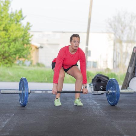Fitness Frau Züge Kreuzheben in der Turnhalle Standard-Bild