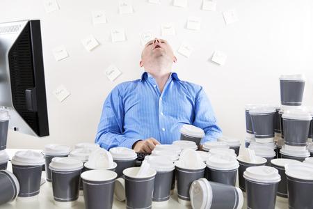 Surmené et épuisé employé de bureau Banque d'images
