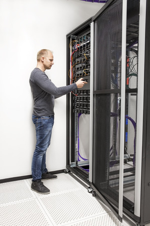 red informatica: Consultor de TI despliegue de red de rack en centros de datos Foto de archivo
