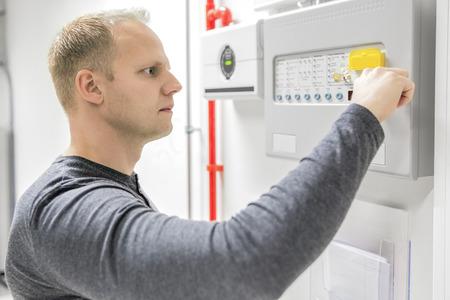Techniker Test Brandmeldezentrale im Rechenzentrum
