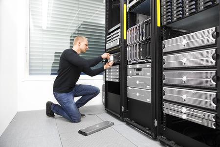 computer centre: Es consultor reemplazar disco duro en el centro de datos Foto de archivo
